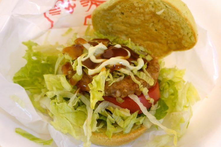 モスバーガーの『グリーンバーガー<テリヤキ>』。テリヤキソースとマヨソースを後からかけて食べる
