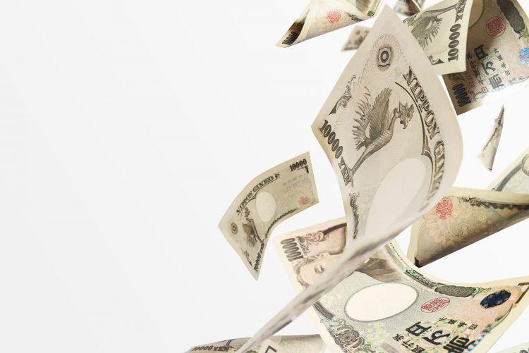 人目を避けながら借金してまでギャンブルにはまってしまい…(イメージ)