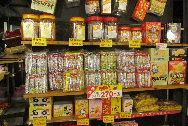 天井まで駄菓子!うまい棒は30本270円