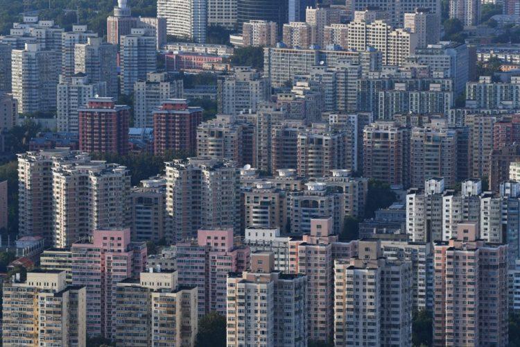 中国政府が進める不動産バブル対策の行く末は?(北京のマンション群。AFP=時事)