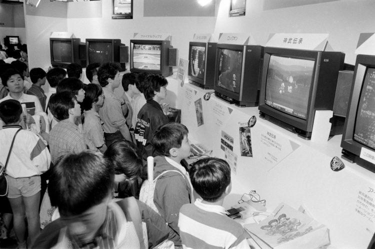 あの頃の情熱はどこへ?(1989年の東京おもちゃショーでテレビゲームコーナーに集まる子どもたち。時事通信フォト)